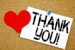 Den begreppsmässiga visningen för inspiration för överskrift för handhandstiltext tackar som dig, uppskattar älskar begreppet för arkivfoton