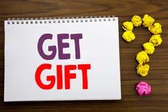 Den begreppsmässiga visningen för inspiration för handhandstilöverskrift får gåvan Affärsidé för den fria Shoping kupongen som är Arkivbild