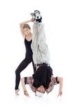 Den behagfulla gymnasten rymmer breakdancer lägger benen på ryggen royaltyfri fotografi