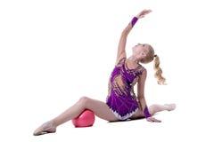 Den behagfulla kvinnliga gymnasten utför med bollen royaltyfria foton