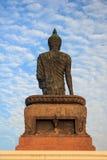 Den behagfulla statyn av shakyamunien på phutthamonthon Royaltyfria Bilder