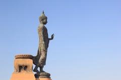 Den behagfulla statyn av shakyamunien på phutthamonthon Royaltyfri Fotografi