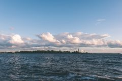 Den bekväma stranden av det baltiska havet med vaggar och grön vegetat fotografering för bildbyråer