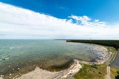 Den bekväma stranden av det baltiska havet med vaggar och grön vegetat Royaltyfri Fotografi