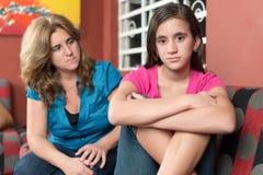 Den bekymrade och ledsna modern ser hennes tonåriga dotter arkivfoto
