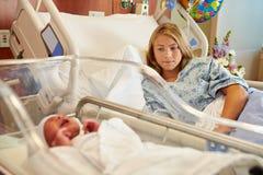 Den bekymrade tonårs- flickan med att gråta som är nyfött, behandla som ett barn i sjukhus Fotografering för Bildbyråer