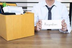 Den belastade affärsmannen skallr vara avsägelsen och packande belongin arkivfoton