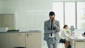 Den belastade unga mannen i dräkt står i regeringsställning väntande på jobbintervju, medan den kvinnliga intervjuaren talar till stock video