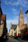 den Belgien brugge byggnadsdörren blommar gammala röda townfönster royaltyfri bild
