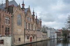 den Belgien brugge byggnadsdörren blommar gammala röda townfönster Royaltyfria Foton