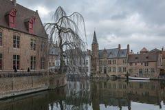 den Belgien brugge byggnadsdörren blommar gammala röda townfönster Fotografering för Bildbyråer