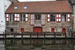 den Belgien brugge byggnadsdörren blommar gammala röda townfönster Royaltyfri Foto