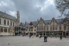 den Belgien brugge byggnadsdörren blommar gammala röda townfönster Arkivfoto