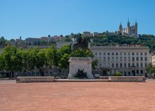 Den Bellecour fyrkanten i Lyon med en staty av Louis XIV i franc royaltyfri fotografi