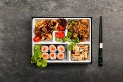 Den Bento Single delmåltiden för avhämtning eller hemmet packade mål i japansk cuision Royaltyfri Bild