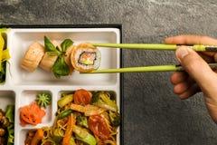 Den Bento Single delmåltiden för avhämtning eller hemmet packade mål i japansk cuision Arkivfoto