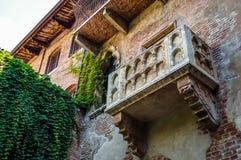 Den berömda balkongen av charmöret och Juliet i Verona royaltyfria bilder