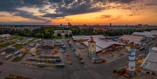 Den ber?mda Bayern p? solnedg?ngen med de Oktoberfest f?rberedelserna framme fotografering för bildbyråer