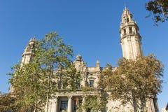 Den berömda centrala stolpen - kontorsbyggnad i staden av Barcelona Arkivfoton