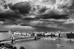 Den berömda Chain bron över Danubet River och en del av den vänstra banken av Donauen under stormmoln som ses från den Gellert ku Royaltyfria Foton