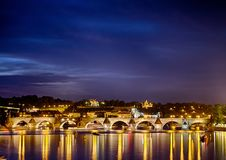 Den berömda Charles Bridge i Praha i Tjeckien arkivbilder