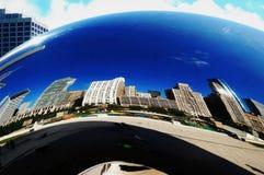 Den berömda Chicago bönan med byggnadsreflexioner Arkivbilder
