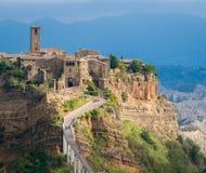 Den berömda Civitaen di Bagnoregio slogg vid solen på en stormig dag Landskap av Viterbo, Lazio, Italien royaltyfri bild
