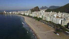 Den berömda Copacabana stranden i Rio de Janeiro Brasilien Sydamerika lager videofilmer