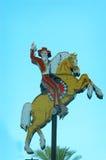 Den berömda cowboyen på hans häst i i stadens centrum Las Vegas, Nevada Royaltyfri Fotografi
