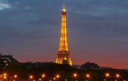 Den berömda Eiffeltorn i skymningen, Paris, Frankrike Royaltyfri Bild