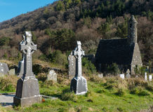 Den berömda Glendalough kloster- platsen med dess runda torn och kyrkogård i de Wicklow bergen i ståndsmässiga Wicklow, Royaltyfria Bilder