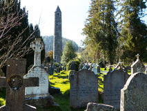 Den berömda Glendalough kloster- platsen med dess runda torn och kyrkogård i de Wicklow bergen i ståndsmässiga Wicklow, Fotografering för Bildbyråer