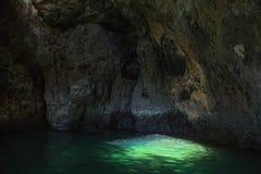 Den berömda grottan av piratkopiera/skallen i Lagos, Algarve, Portugal Royaltyfria Foton