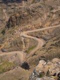 Den berömda grusvägen för Sani bergpasserande med många åtsittande kurvor som förbinder Lesotho och Sydafrika Royaltyfria Bilder