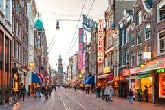 Den berömda holländska shoppinggatan Reguliersbreestraat i Amsterda Arkivfoto