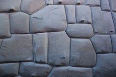 Den berömda incaen metade stenen i den Hatun Rumiyoc väggen, en arkeologisk artefact i Cuzco, Peru fotografering för bildbyråer