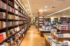 Den berömda internationalen bokar till salu i boklager Royaltyfri Bild