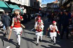 Den berömda karnevalet och gatan ståtar på Verin med cigarronsdräkter Ourense landskap, Galicia, Spanien 24 Februari 2019 arkivfoto