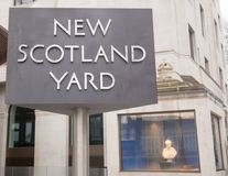 Den berömda kretsa vägvisaren av nya Scotland Yard är ökänd och lokaliseras utanför HQEN, som lokaliseras i London, 2018 Royaltyfri Bild