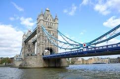 Den berömda London gränsmärket, tornbron över Thames River med blå himmel fotografering för bildbyråer