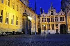 Utfärda utegångsförbud för till småstaden, Bruges, vid natt Royaltyfria Bilder