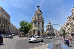 Den berömda metropolisbyggnaden av Gran via, Madrid Arkivfoto
