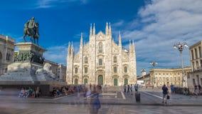 Den berömda Milan Cathedral timelapsehyperlapsen och monumentet till Victor Emmanuel II på piazza del Duomo i Milan arkivfilmer