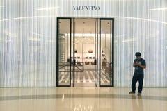 Den berömda modeformgivaren Valentino shoppar i Bangkok Arkivbilder