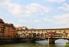 Den berömda Ponte Vecchio bron över den Arno floden i Florence, Italien Denna är en bästa turist- dragning i staden Arkivbilder