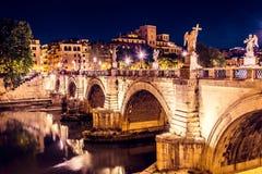 Den berömda Ponten Vittorio Emanuele II som leder till St Angelo Castle på natten, Rome, Italien Arkivbild