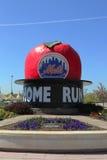 Den berömda Shea Stadium Home Run Apple på den Mets plazaen framtill av det Citi fältet Arkivfoto