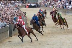 Den berömda Siena för hästkapplöpning`-Palio di `en, arkivbilder