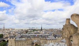 Den berömda skenbilden som förbiser den Sacre-Coeur basilika- och Paris horisonten Arkivbild