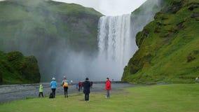 Den berömda Skogarfoss vattenfallet i söderna av Island lager videofilmer